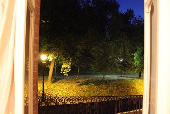 """B&B """"il MOLINO"""" Residenza Storica: Panorama dal Terrazzo della Camera """"La Mugnaia"""" sul parco del Castello di Govone."""