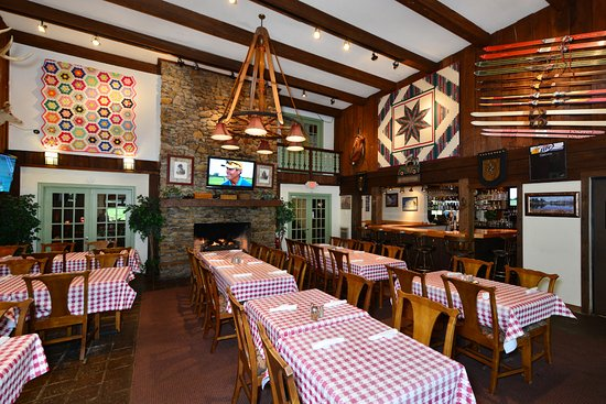 Bullwinkels Pizzaria: Lodge with large Fireplace