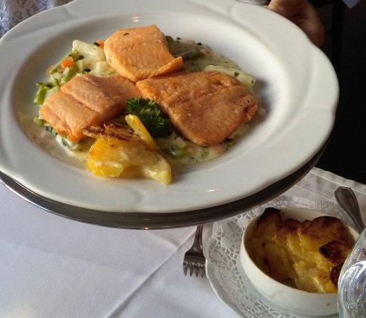 Landau in der Pfalz, Alemania: Lachs, Gemüse, Kartoffelgreatin