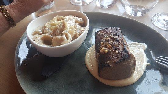 La Maison des Halles: Filet de veau, crème de comté cuit à l'étouffé sur coque de noix