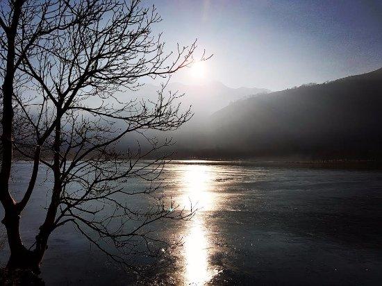 Capvern-les-Bains, France: lac de genos au coucher du soleil