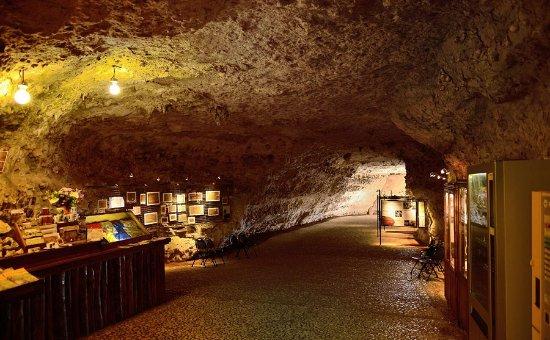 Rouffignac-Saint-Cernin-de-Reilhac, Prancis: petit espace souvenir dedans
