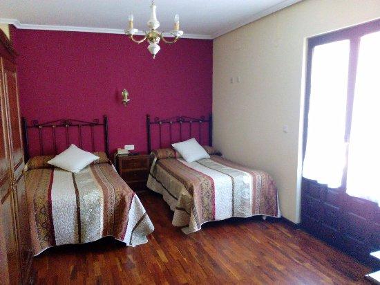 Pena Sagra: Habitación 111 amplia, con televisión y terraza. Muy limpia y cómoda.
