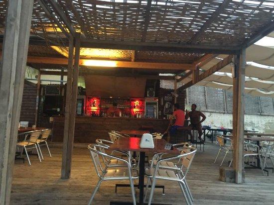 Al-Fanar Auberge : Ambiente descontraido do restaurante Al Fanar, em Tiro. Foto de Dalila Barakat do blog Mil e Uma