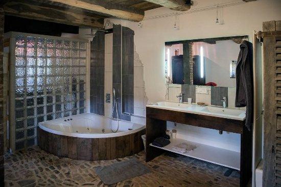 Ancienne étable, salle de bain / jacuzzi en open space ...