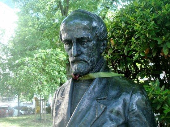 Monumento a Mazzini: Statua di Giuseppe Mazzini