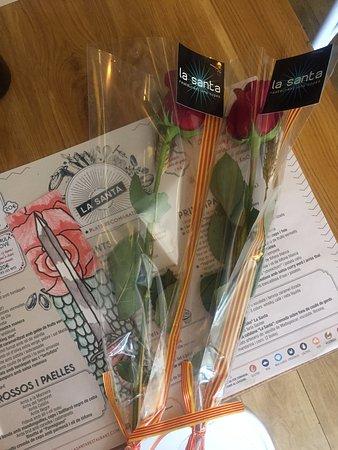 El Masnou, Spanyol: Muy top regalo de la rosa a la clientas hoy en La Santa!