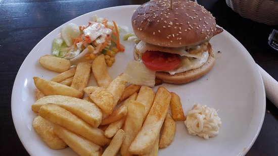 Greifswald, Duitsland: Chicken Burger mit Cajun Fries