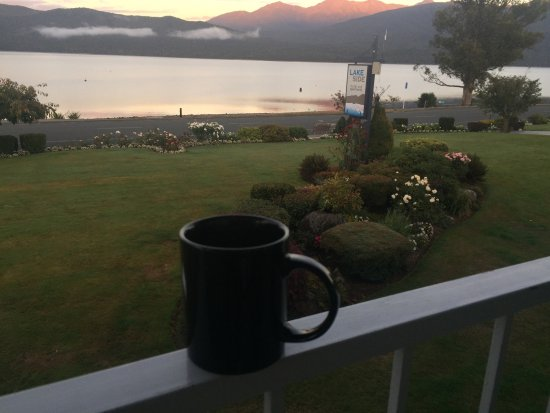 Lakeside Motel & Apartments: Morning view from front deck