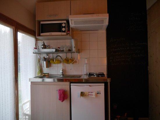 Sablet, Frankrig: Chambre Le Cabanon : kitchenette
