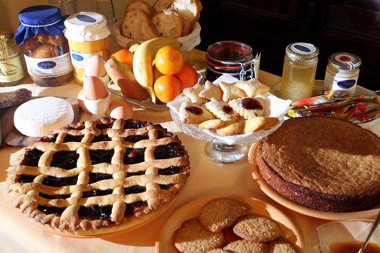 Govone, Italy: La ricca prima colazione a buffet con prodotti fatti in casa - B&B nelle Langhe