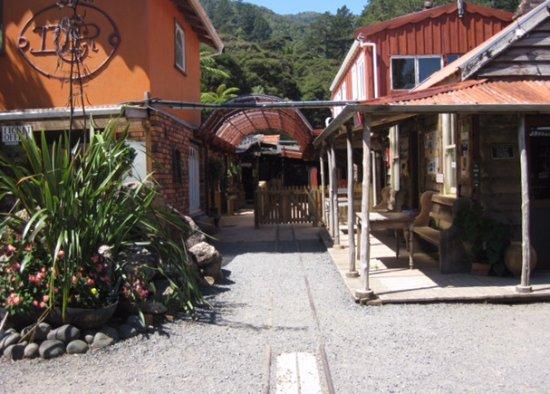 Coromandel, Νέα Ζηλανδία: Entrance to Driving Creek Railway. Ticket office to left, train platform straight ahead