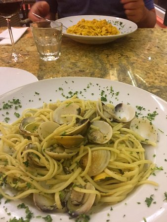 Cul de Sac, St. Maarten: Linguini with clams (lobster spaghetti in the background)