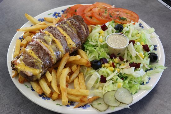 Lezignan-Corbieres, France: Assiette Magret de canard jambon cru et cheddar accompagné de salade et frites
