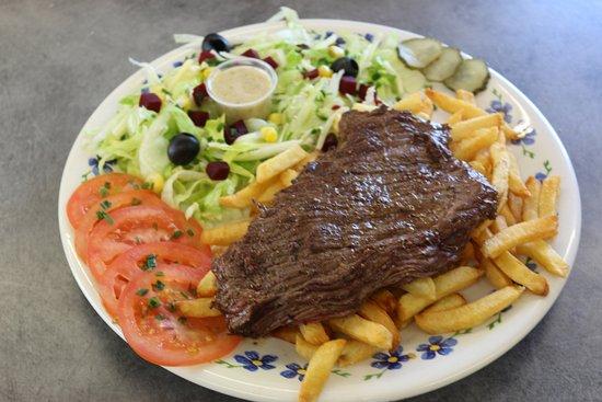Lezignan-Corbieres, France: Assiette Bavette accompagné de salade et frites