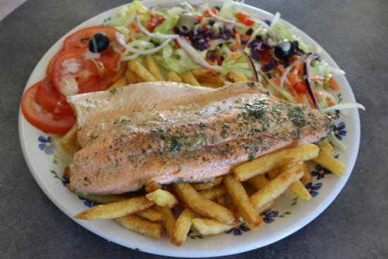 Lezignan-Corbieres, France: Filet de Truite  accompagné de salade et frites