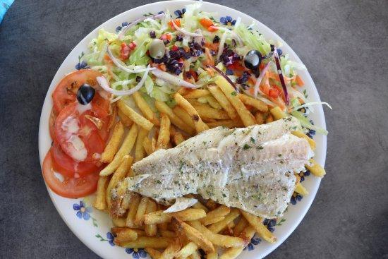 Lezignan-Corbieres, France: Filet de Cabillaud  accompagné de salade et frites