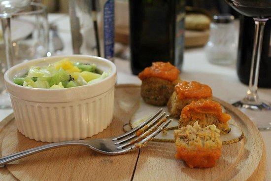 Polpettine vegane di Ceci e Borlotti su carpaccio di mele e salsa al pomodoro piccante