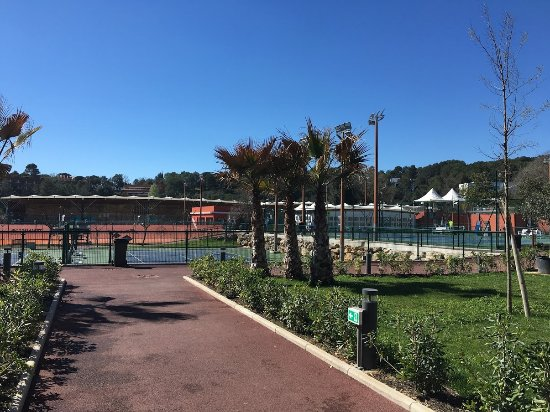 Sophia Antipolis, France: Mouratoglou tennis academy next to the hotel