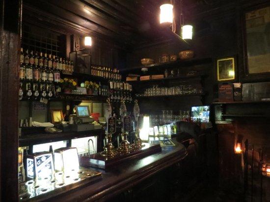 Ye Olde Cheshire Cheese : Pequeño pub escondido.