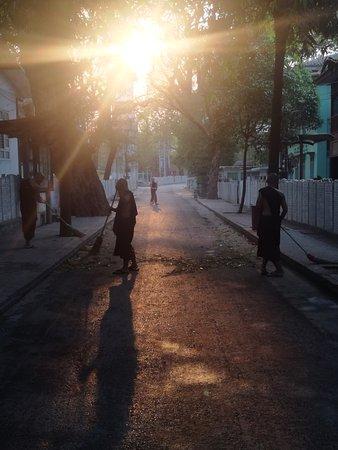 Amarapura, Burma: Die Mönche machen sauber