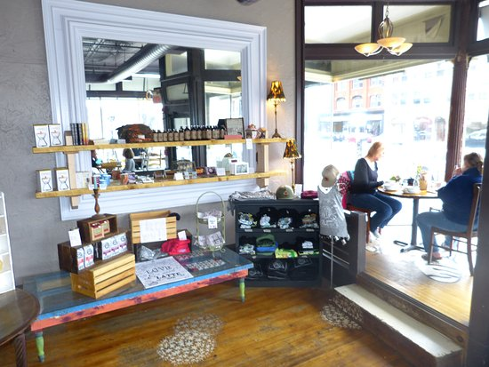Pittsfield, ماساتشوستس: Seating in the window is popular and fun.