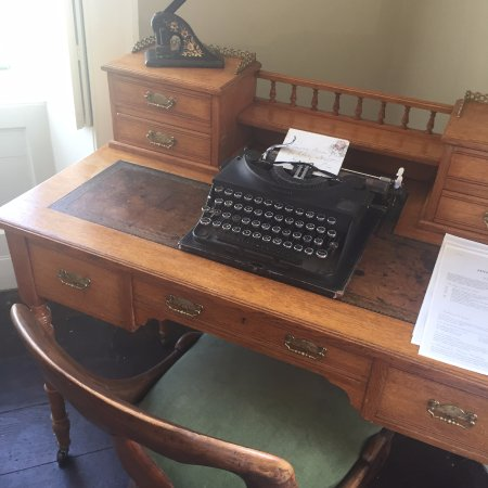 Bradford-on-Avon, UK: vintage features were plentiful like this typewriter in reception