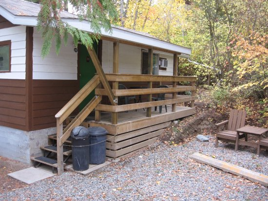 Creston, Canada: Room #29, a stand-alone cabin with 1 queen bed, sitting area & kitchenette