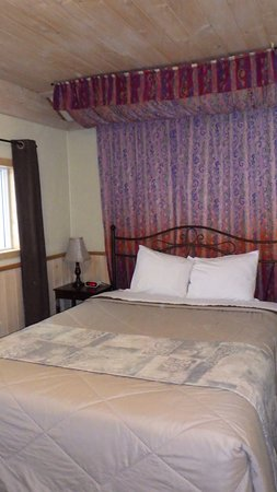 Valley View Motel: Room #24 with 1 queen bed