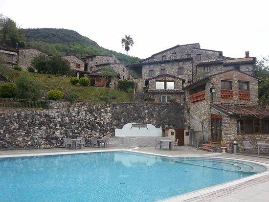 Borgo a Mozzano, Italy: La piscina e il borgo