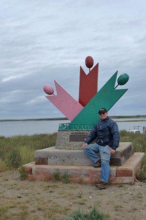 Tuktoyaktuk, แคนาดา: monument in Tuk