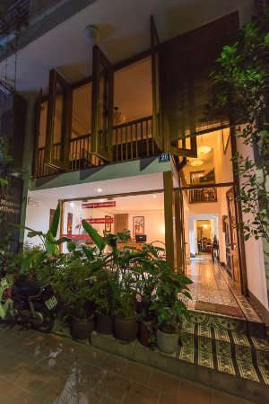 Maison d'Orient: Nighttime view of hotel entrance