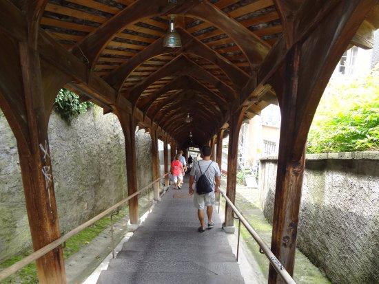 Um dos acessos do Centro Histórico ao monumental Schloss Thun . Escada com cobertura de madeira