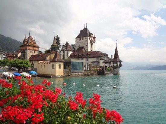 Thun, Szwajcaria:  A pitoresca Oberhofen,  onde fica o belo Seeschloss (castelo sobre o lago)