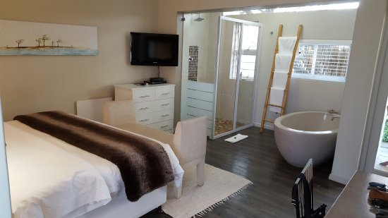 Hermanus Lodge on the Green: Modern with bath and shower in room
