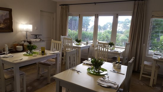 Hermanus Lodge on the Green: Breakfast area with patio overlooking golf course
