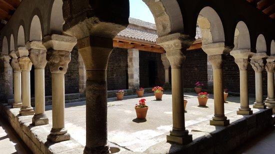 Monestir de Sant Pere de Casserres: Claustro