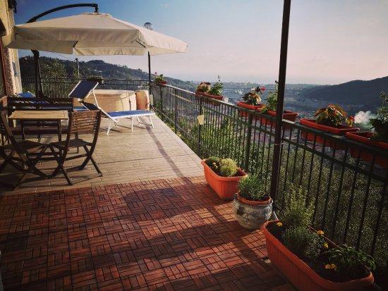 Cogorno, Italia: Terrazza con vasca idromassaggio con vista sul Golfo del Tigullio
