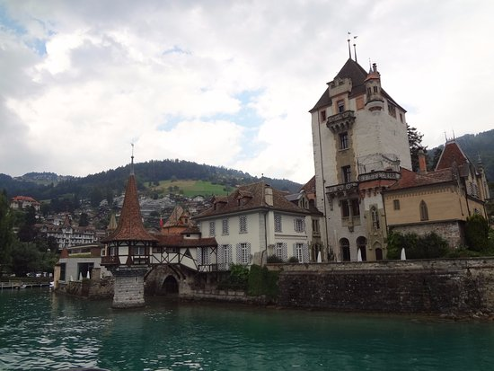 Oberhofen am Thunersee, Швейцария: Do barco, uma linda perspectiva do monumental Seeschloss (castelo do lago)