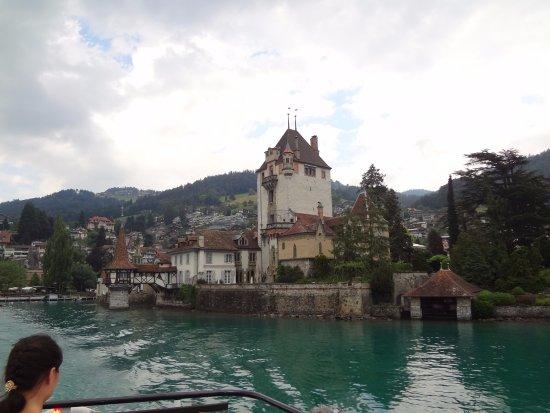 Oberhofen am Thunersee, Швейцария: Do barco, uma linda perspectiva do monumental Seeschloss (castelo do lago) -