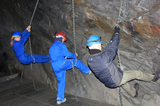 Blaenau Ffestiniog, UK: Trying out the chains that the miners would have used to suspend themselves from the walls to dr