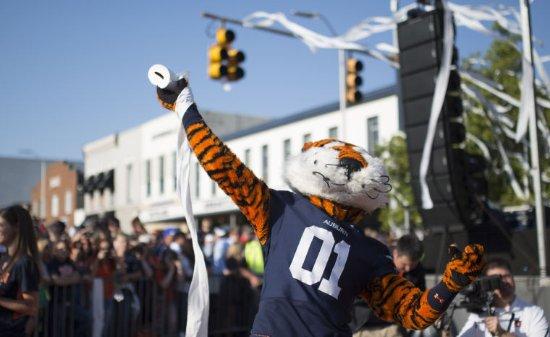 Toomer's Corner: La mascotte des Tigers d'Auburn en pleine jetée de papier toilette