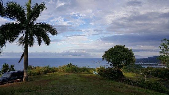 Germaican-Hostel : Blick vom Hostel aufs Meer, rechts untern Port Antonio