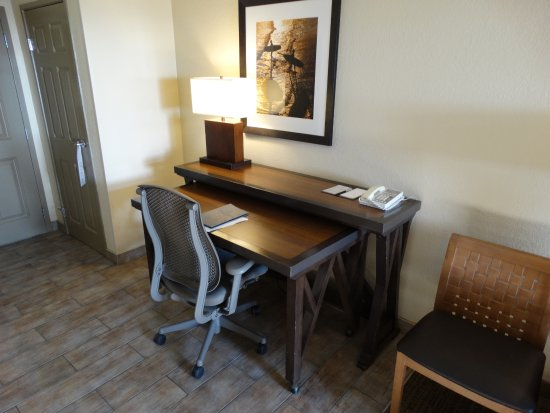 Embassy Suites by Hilton Mandalay Beach Resort: Nice workstation in the room.