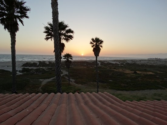 Embassy Suites by Hilton Mandalay Beach Resort: Great sunset view!