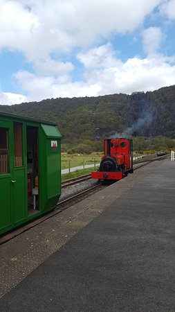 Llanberis, UK: Train pulling up to carriages.