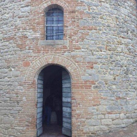 Battistero di San Giovanni Alla Murata: Era l'edificio sacro a servizio del castellano e della guarnigione. Al suo interno dalla caratte