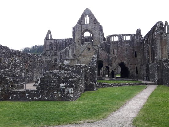 Чепстоу, UK: Tintern Abbey as you approach from the entrance