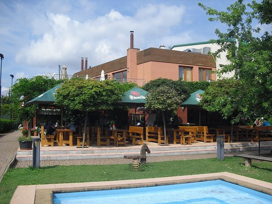 Ricany, Republik Ceko: Hlavní budova s letní terasou restaurace a dětským brouzdalištěm