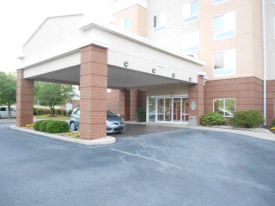 Fairfield Inn & Suites Elizabeth City: Hotel entrance.